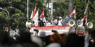 Massa dari aksi 1310 tolak Omnibus Law itu menjebol kawat berduri sekitar pukul 16.00 WIB, Selasa (13/10/2020). (Foto : Merdeka.com)