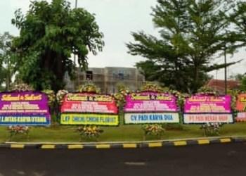 Belasan karang bunga ucapan selamat membanjiri halaman Pendopo Cianjur, menyambut kemenangan BHS-M dalam Pilkada Kabupaten Cianjur (Foto: Purwanda/dara.co.id)