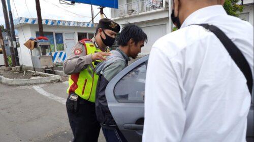 Pelaku upaya bunuh diri, TA (31), saat diamankan polisi usai melakukan aksinya di Jembatan Cimanuk, kawasan Jalan Pramuka, Kecamatan Garut Kota, Kabupaten Garut, Senin (14/12/2020). (andre/dara.co.id)