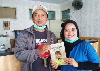 Bupati Bandung Dadang M Naser memberikan buku Sabilulungan karangannya sendiri kepada wartawati dara.co.id Verawati , di Rumah Dinas Bupati, Rabu (16/12/2020). (Foto :istimewa)