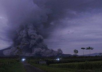 Luncuran awan panas Gunung Semeru terpantau dari Kecamatan Pronojiwo, Lumajang, Jawa Timur, Selasa (1/12/2020). (Foto: tirto.id/ANTARA/Seno/rwa)