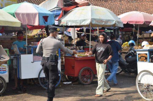 Polisi bagikan masker di seputar Pasar Soreang Kabupaten Bandung (Foto: verawati/dara.co.id)