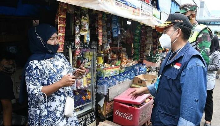 Pelaksana tugas Bupati Cianjur,  Herman Suherman saat mengecek kedisiplinan masyarakat soal penerapan protokol kesehatan (Foto: Purwanda/dara.co.id)