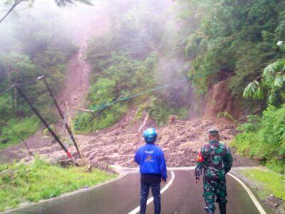 Material longsor menimbun badan jalan provinsi Talegong Cisewu menyebabkan arus lalulintas lumpuh total, Sabtu (9/1/2020) (Foto: Andre/dara.co.id)