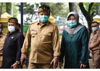 Selama satu dekade Dadang M. Naser menjabat sebagai Bupati Bandung, nilai investasi Kabupaten Bandung terus meningkat. Hal itu terungkap saat ia berkunjung ke Dinas Penanaman Modal dan Pelayanan Terpadu Satu Pintu (DPMPTSP) jelang akhir masa jabatannya, belum lama ini.(Foto :Humas Pemkab Bandung)