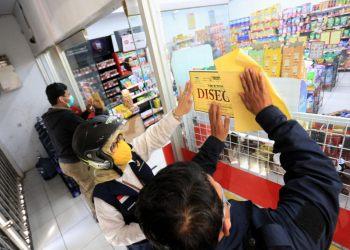 Salah satu minimarket di Kota bandung yang disegel Satgas Covid (Foto: Avila/dara.co.id)