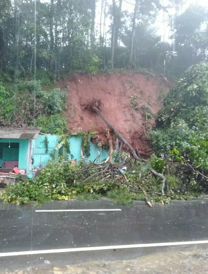 Tebing di Cikalongkulon longsor pasca diguyur hujan deras (Foto: Purwanda/dara.co.id)