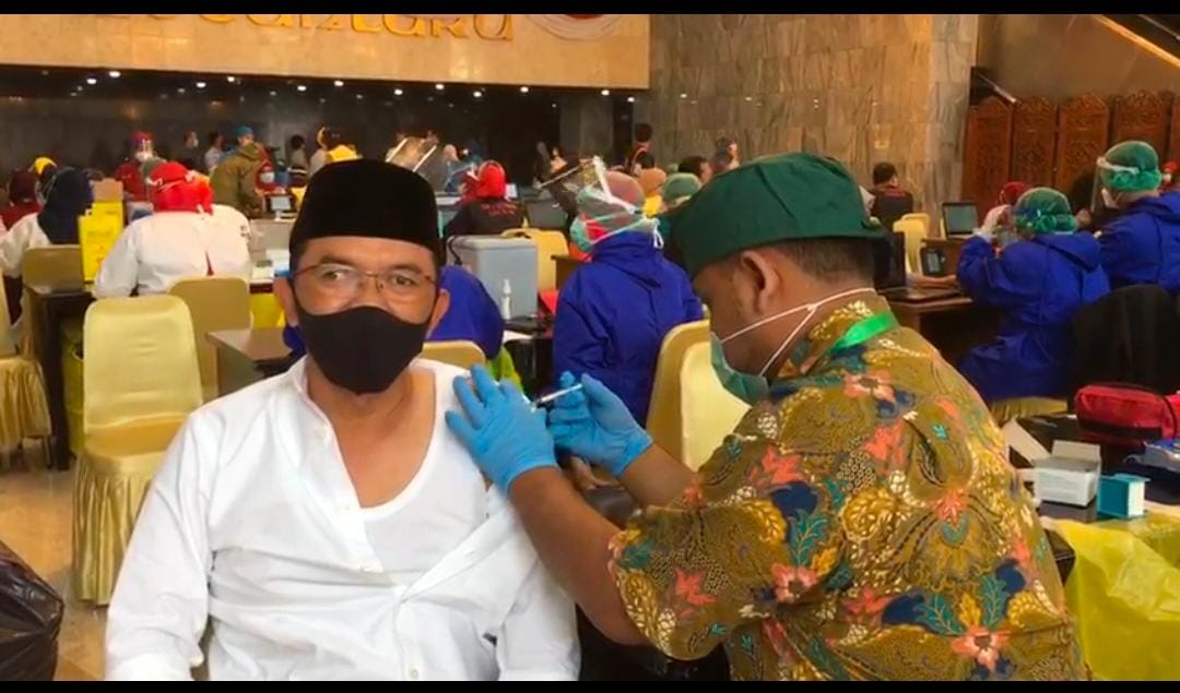 Anggota Komisi VIII DPR RI Maman Imanul Haq menjalani vaksin Covid-19,di Gedung Nusantara III DPR RI pada Kamis (25/2/2021). (Foto : ist)