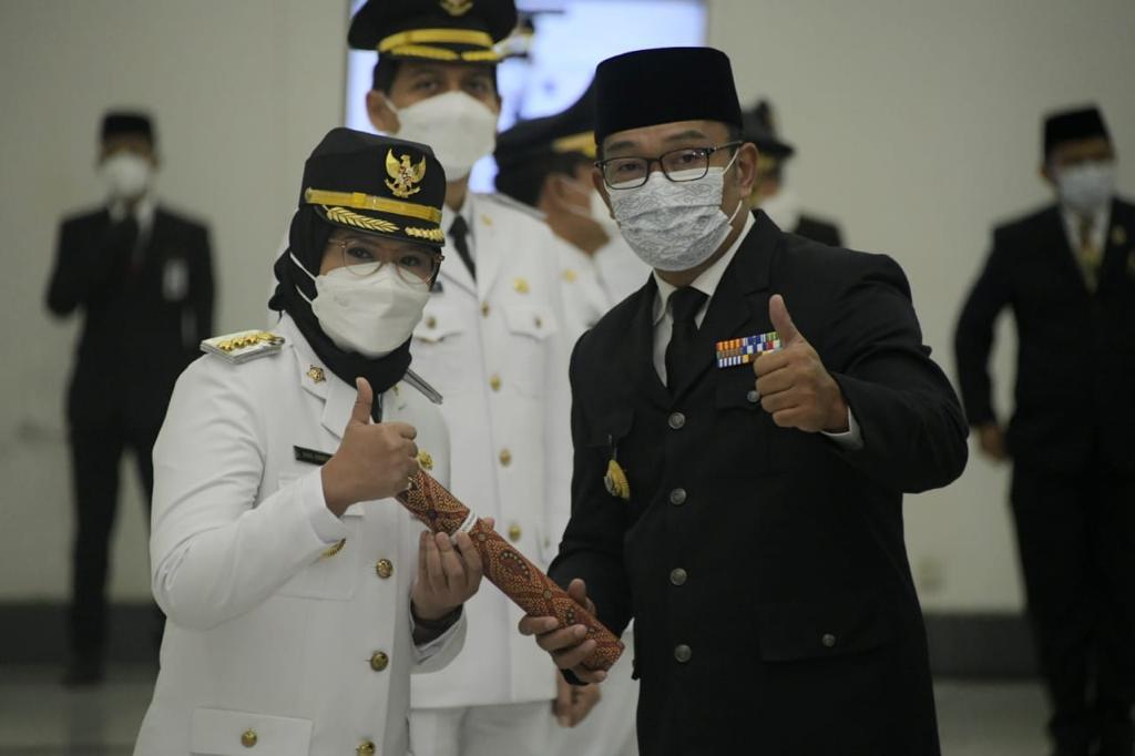 Bupati Indramayu, Hj. Nina Agustina Da'i Bachtiar berfoto dengan Gubernur Jawa Barat, Ridwan Kamil beberapa saat setelah acara pelantikan, Jumat (26/2/2021). (Foto: ist)