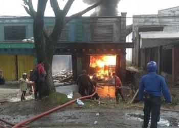 Kebakaran hanguskan dua ruko BBM (Foto: Purwanda/dara.co.id)