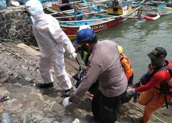 Tim SAR Gabungan mengevakuasi jasad korban usai ditemukan sejauh kurang lebih 26 kilometer dari lokasi awal tenggelam, Selasa (16/2/2021). (Foto : andre/dara.co.id)