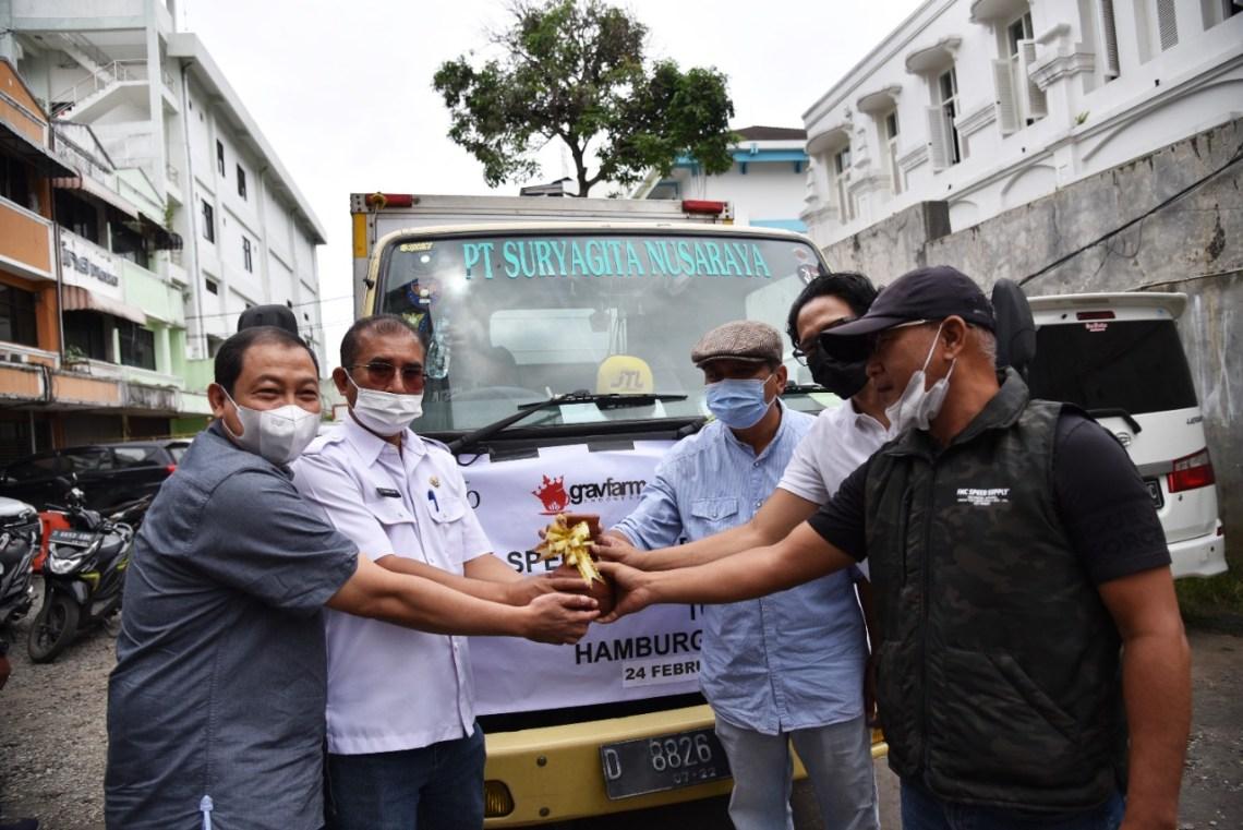 Asisten Ekonomi dan Pembangunan (Ekbang) Kabupaten Bandung Marlan (Dua kiri) melepas armada truk ekspor di Jalan Braga Kota Bandung, Rabu (24/2/2021).(Foto : Humas Pemkab Bandung)