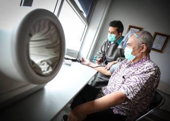 Dosen Pengajar Universitas Padjadjaran, Prof Samyugio (62) menerima suntik vaksin di RS Al Islam, Bandung (Foto : avila|dara.co.id)