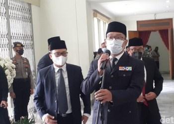 Gubernur Jawa Barat (Jabar) Ridwan Kamil melantik 5 pasangan kepala daerah terpilih dalam Pilkada 2020 di Gedung Merdeka, Bandung, Jumat (26/2/2021). (Foto : detikcom)