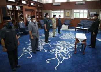 Bupati Aa Umbara Sutisna saat melantik pejabat esselon 2 KBB. (foto doc Bagian Prokopim Setda KBB)