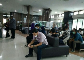 Sejumlah wartawan anggota PWI Kabupaten Bandung, tengah menunggul pagilan untuk di vaksi di Rumah Sakit Al Ihsan, Baleendah, Kabupaten Bandung, Rabu (10/3/2021). (Foto : istimewa)
