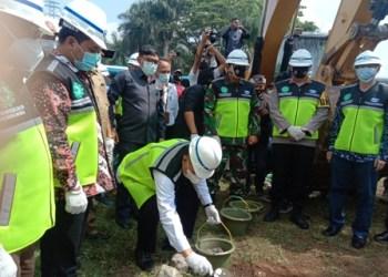 Bupati Bandung Barat Aa Umbara Sutisna, meletakan batu pertama pembangunan Flyove Simpang Padalarang, disaksikan Forkopimda beserta pengembang Kotabaru Parahyangan, Rabu (3/3/2021). (Foto : heny/dara.co.id)