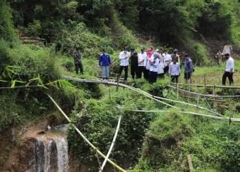 Wakil Bupati Garut, dr.Helmi Budiman, saat mengunjungi saluran irigasi Citespong Kampung Cikadu, Desa Cilawu, Kecamatan Cilawu, Kabupaten Garut yang terkena longsoran beberapa waktu lalu, Rabu (3/3/2021). (Foto: andre/dara.co.id)