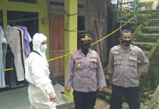 Kapolsek Subang, Kompol Yayah Rokayah mendatangi TKP gantung diri di  dibelakang  Kantor Disnakertrans Kabupaten Subang, Minggu (7/3/2021), sekitar pukul 12.10 WIB.(Foto : yadi/dara.co.id)