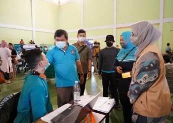 Bupati Garut meninjau pelaksanaan vaksinasi massal di dua titik, yakni di Gedung Art Center dan Sarana Olah Raga (SOR) Ciateul, Kecamatan Tarogong Kidul, Kabupaten Garut, Sabtu (13/3/2021).(Foto : andre/dara.co.id)