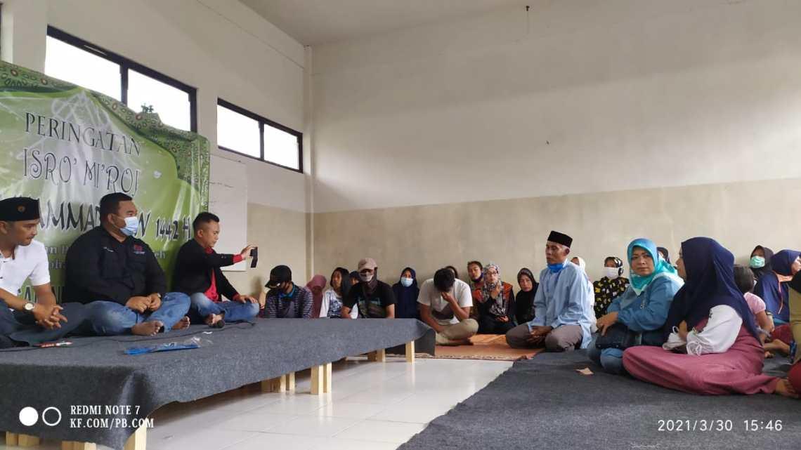 Korban terdampak bencana tanah longsor di Desa Karyamekar, Kecamatan Cilawu mendapatkan kunjungan dari anggota DPRD Garut di lokasi pengungsian, SDN Karyamekar Cilawu, Kabupaten Garut, Selasa (29/3/2021) lalu (Foto: Andre/dara.co.id)