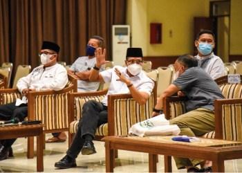 Pj. Bupati Bandung Dedi Taufik berbincang dengan Pj Sekda Asep Sukmara disela acara BUBOS di Gedung Mohamad Toha Soreang, Sabtu (24/4/2021). (Foto : Humas Pemkab Bandung)