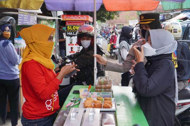 Wali Kota Banjar, Ade Uu Sukaesih didampingi Kapolresta Banjar, AKBP Melda Yanny saat ngabuburit. (Foto : Istimewa)