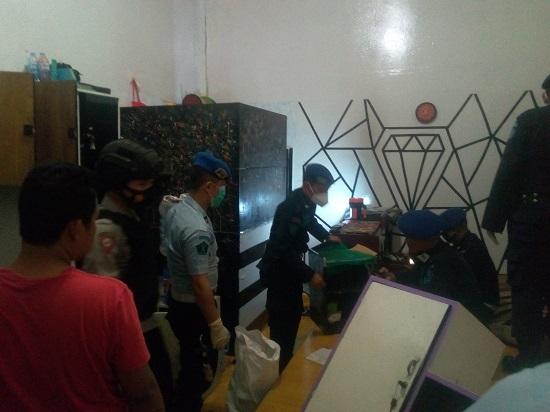 Lapas Kelas IIB Garut bersama Polres Garut dan BNNK melakukan penggeledahan/razia di kamar hunian warga binaan, (Foto: Istimewa)