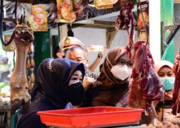 Komisi II DPRD Provinsi Jawa Barat melakukan pemantauan harga sejumlah bahan kebutuhan pokok masyarakat di Pasar Ciawi Kabupaten Tasikmalaya, Senin (19/4/2021). (Foto : M. Sidiq/Humas DPRD Jabar).