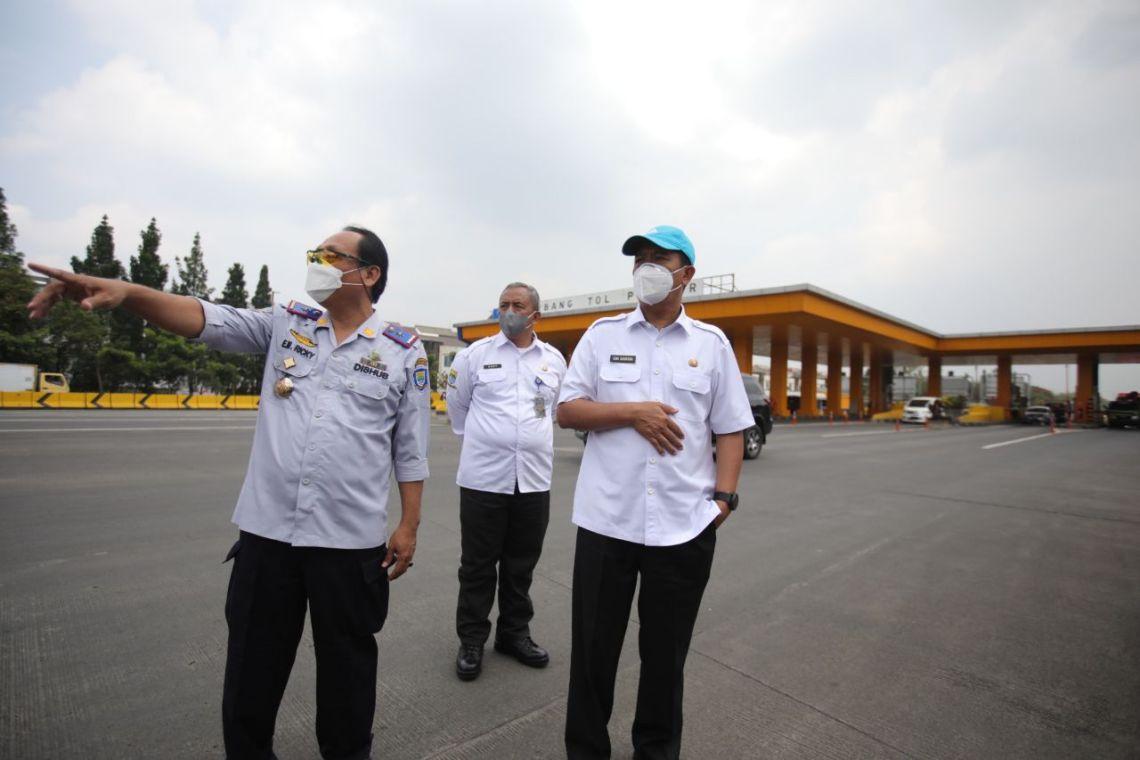 Ketua Harian Satgas Penanganan Covid-19 Ema Sumarna pantau cek poin (Foto: Asep/dara.co.id)