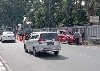 Penyekatan dan pemeriksaan kendaraan yang masuk ke Kota Tasikmalaya tepatnya di jalan Ibrahim Adji (Foto: Nanang Yudi/dara.co.id)