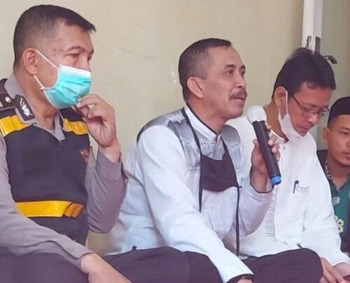 Kepala Desa Bojong Karangtengah Uyeng Handoko (memegang Mik) (Foto: Istimewa)