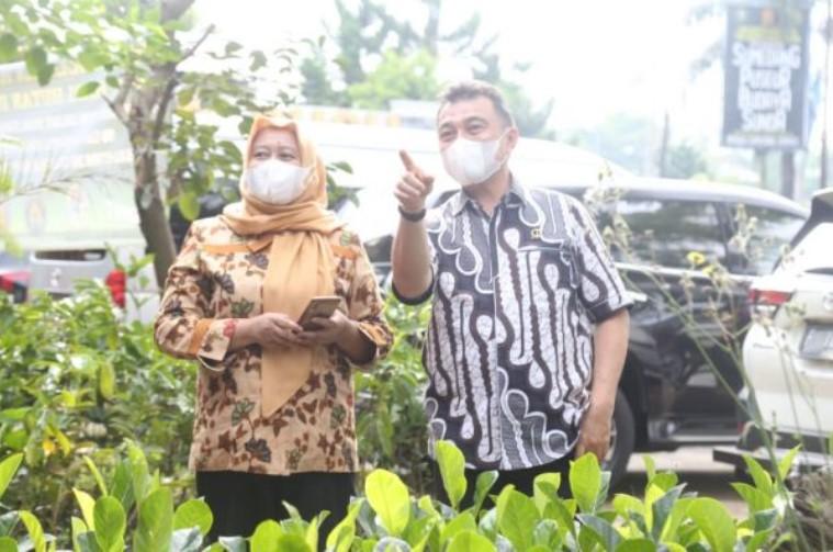 Pimpinan dan Anggota Komisi V DPRD Provinsi Jawa Barat saat meninjau perkembangan kegiatan budaya dan kesenian Saung Budaya Sumedang (Sabusu) di Kabupaten Sumedang, Jawa Barat. Jumat, (21/05/2021) (Foto : Rizky Ramdhani/Humas DPRD Jabar)