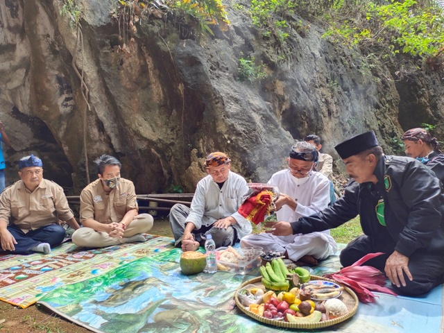 Ritual Panuhun Pusaka Karatuan Goa Pawon (Foto : istimewa)
