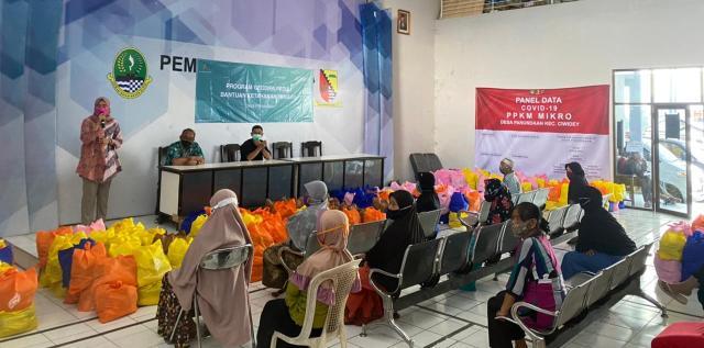 HC,GA&Finance Manager PT. Geo Dipa Energi (Persero) Rita Purwita Ilhamisari mememberikan sambutannya pada kegiatan Ramadan dengan membagikan sembako di di tiga desa penyangga, Desa Sugihmukti, Desa Alamendah dan Desa Panundaan, di Pasirjambu, Rabu (5/5/2021). (Foto : verawati/dara.co.id)