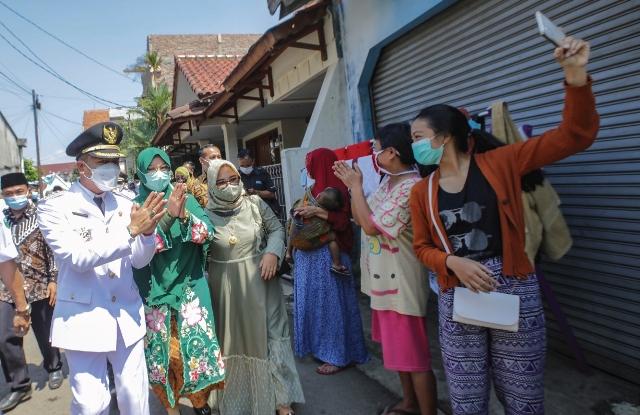 Bupati Bandung bersama istri menyapa warga (Foto : dok/dara.co.id)