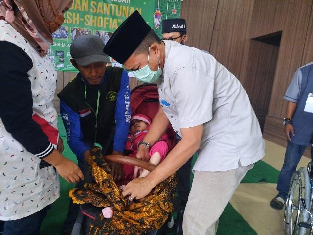Bupati Bandung HM Dadang Supriatna menghadiri acara Berbagi Kebahagiaan Buka Puasa Bersama dan Santunan 400 Anak Hebat As-Shofia, di Graha Iman, Desa Pakutandang, Kec Ciparay, Kab Bandung, Minggu (2/5/21) sore.(Foto : istimewa)
