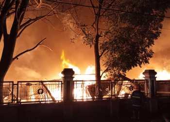 Api menghanguskan ratusan kios di Pasar Leles Garut tadi malam (Foto: Andre/dara.co.id)