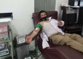 Seorang ASN Pemkab Cianjur elakukan donor darah di UTD PMI Kabupaten Cianjur, belum lama ini. (Foto : istimewa)