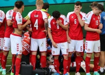 Para pemain Denmark mengelilingi Christian Eriksen yang tiba-tiba kolaps di tengah pertandingan melawan Finlandia. Laga Denmark vs Finlandia merupakan pembuka Grup B Euro 2020 yang digelar di Stadion Parken, Sabtu (13/6/2021). (Foto: istimewa)