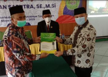 Dr. Iwan Saputra (kanan) saat dilantik menjadi Ketua STIE Latifah Mubarokiyah Suryalaya. (Foto : Nanang Yudi/dara.co.id)