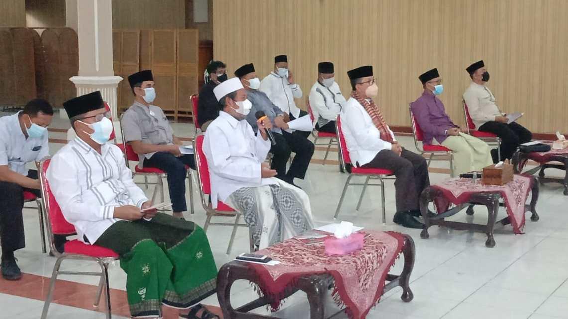 Pemerintah Kabupaten Cirebon berserta para ulama gelar istighosah mohon perlindungan dari Allah dari wabah covid (Foto: Bambang Setiawan/dara.co.id)