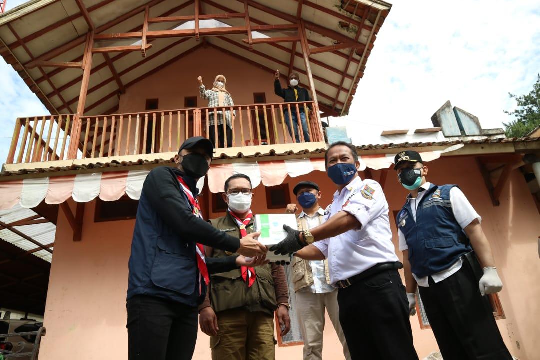 Ridwan Kamil dan Hengki Kurniawan secara simbolis menyerahkan tabung oksigen pada warga di Desa Wangunharja-Lembang. (Foto.Porkopim Setda KBB)