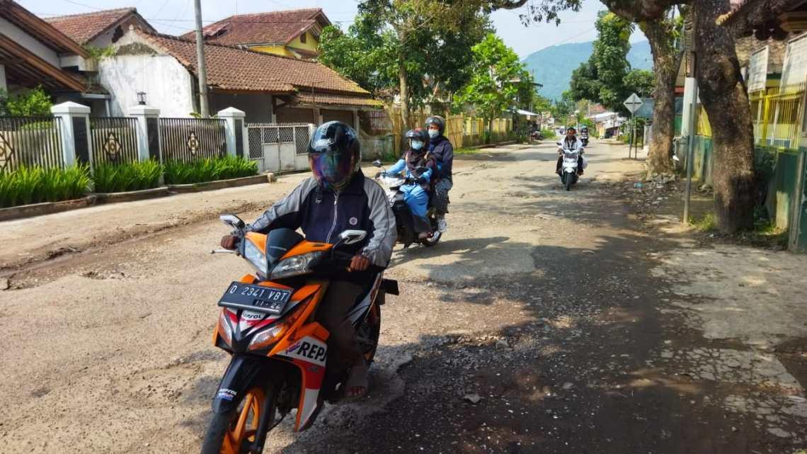 Pengendara sepeda motor melintas jalan yang akan diperlebar, Rabu (28/7/2021). (Foto: heni/dara.co.id)