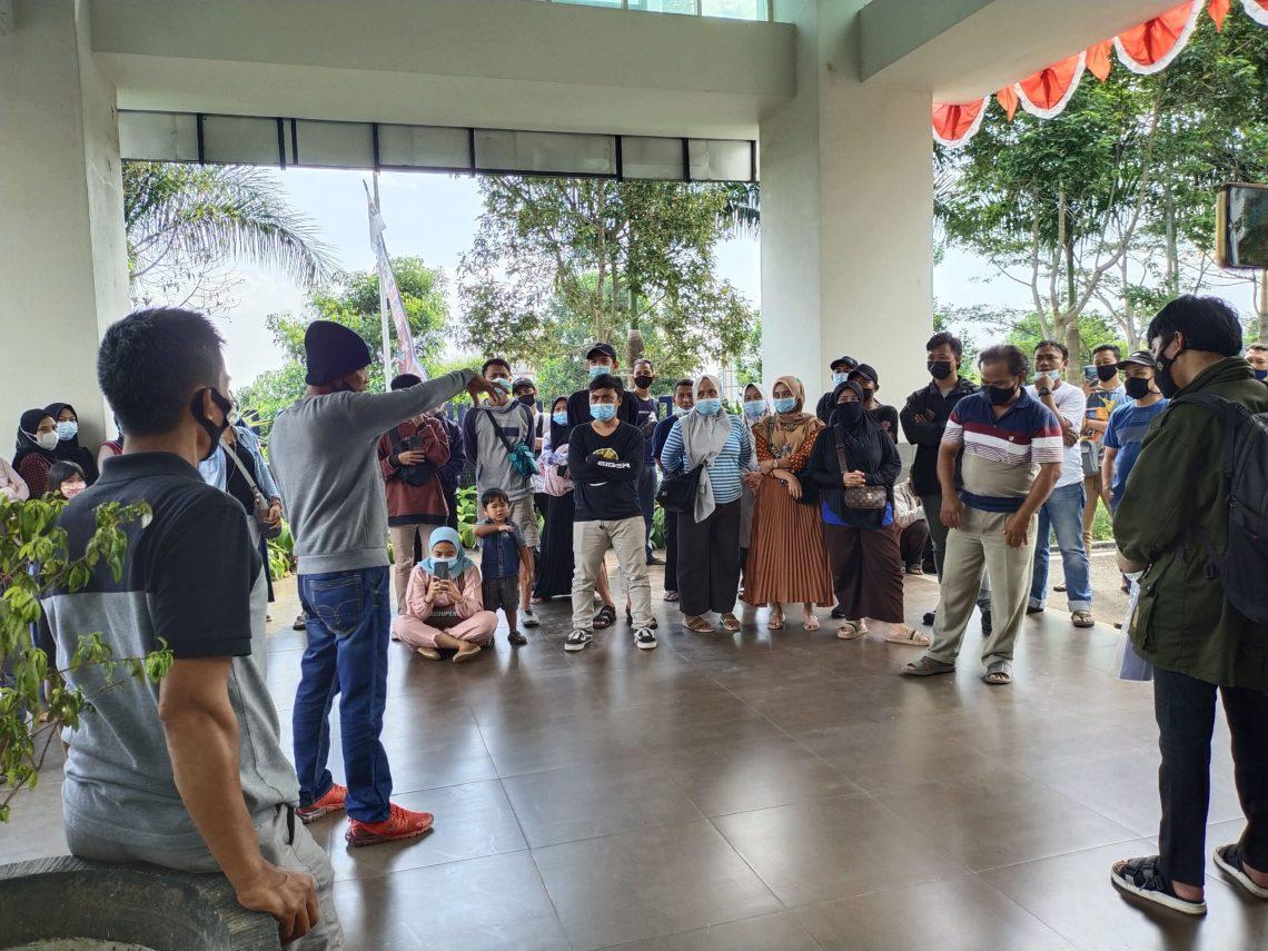 Para pedagang Pos Wetan Padarang, gagal temui Bupati Bandung Barat, Hengki Kurniawan (Foto: Heni Suhaeni/dara.co.id)