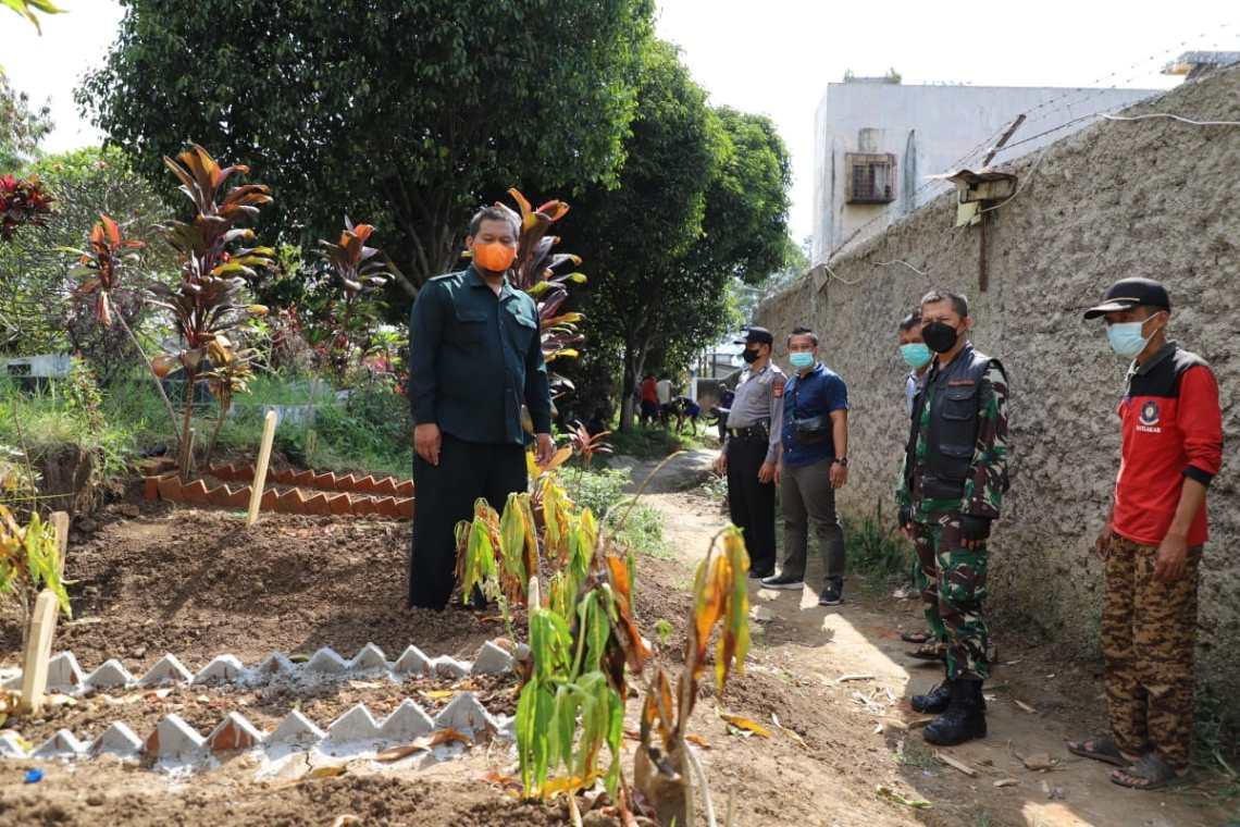 Anggota DPRD GARUT dari Fraksi PKS, Karnoto, saat meninjau lokasi pemakaman Tegal Kusir (Foto: Andre/dara.co.id)