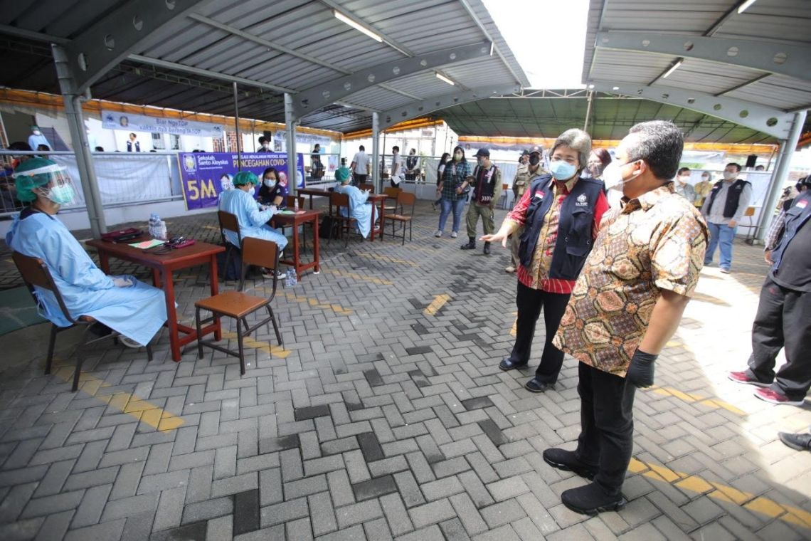 Wakil Wali Kota Bandung, Yana Mulyana meninjau kegiatan vaksinasi di Sekolah Santo Aloysius (Foto: Istimewa)