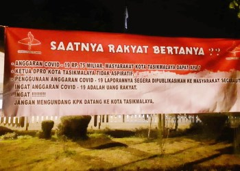 Spanduk SPP Tasikmalaya yang mempertanyakan anggaran Covid 19 senilai Rp 75 miliar. (Foto : Nanang Yudi/dara.co.id)