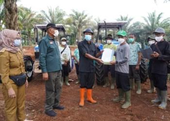Bupati Subang, H.Ruhimat menyerahkan bantuan Alat-alat pertanian kepada  petani di kecamatan Serangpanjang, Senin (2/8/2021). (Foto: yudi/dara.co.id)