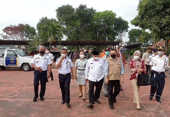 Ketua Komisi V DPRD Jawa Barat Abdul Harris Bobihoe (rompi coklat) meninjau vaksinasi di Graha Perhubungan, Kabupaten Bandung. (Foto: Rizky/Humas DPRD Jabar)